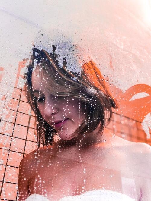 Neem een warme douche om je verlangen naar suiker te verminderen. (afb.)