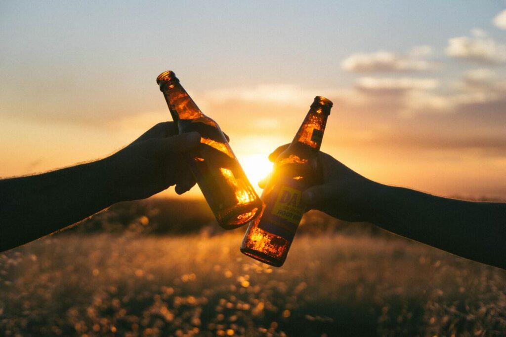 Drink niet teveel alcohol en geniet daardoor ook meer van je weekend! (afb.)